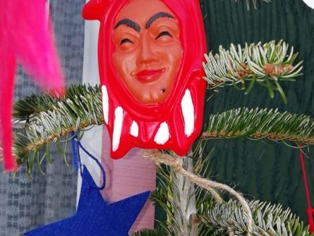 Jungjockele schmücken Weihnachtsbaum